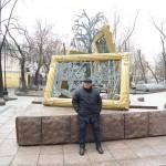 Доц. Тахиров пред произведение на съвременната руска скулптура